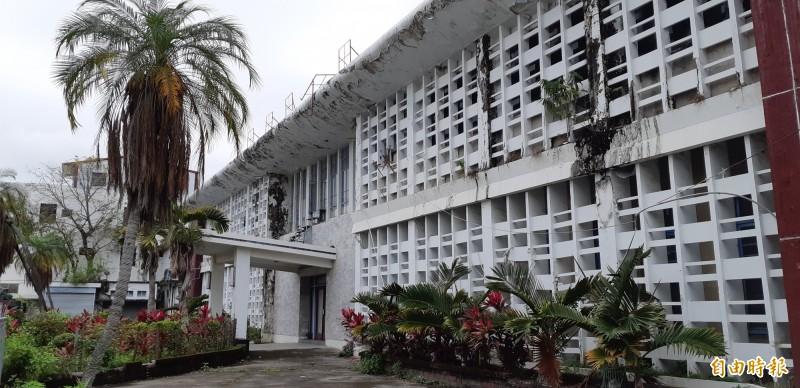 台東縣議會舊址列為歷史建築,卻閒置荒廢。(記者黃明堂攝)
