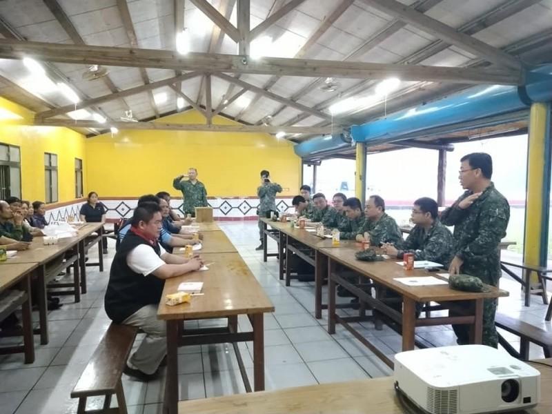 國軍與賽夏族部落族人討論軍機殘骸收回事宜。(記者鄭名翔翻攝)