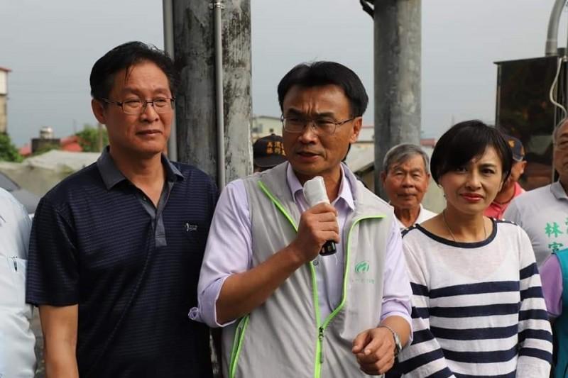 農委會主委陳吉仲(中)等人今天到高雄勘查水稻災情。(翻攝自陳吉仲臉書)