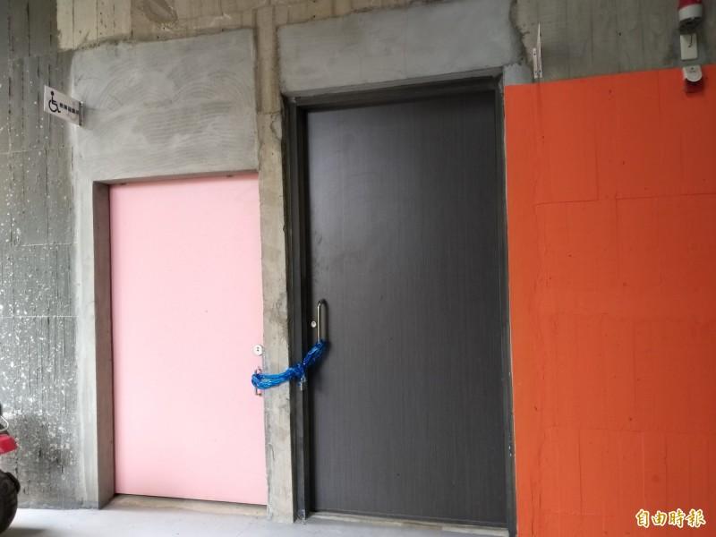 民怨竹東文創藝術村I棟的無障礙廁所和育嬰室,被鐵鏈鎖住無法使用,環境不友善。(記者廖雪茹攝)