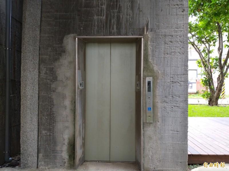 新竹縣文化局表示,竹東文創藝術村的電梯由於機電設備未做防水措施,每逢大雨極易淹水造成設備故障,目前A棟電梯即因淹水修好又故障。(記者廖雪茹攝)
