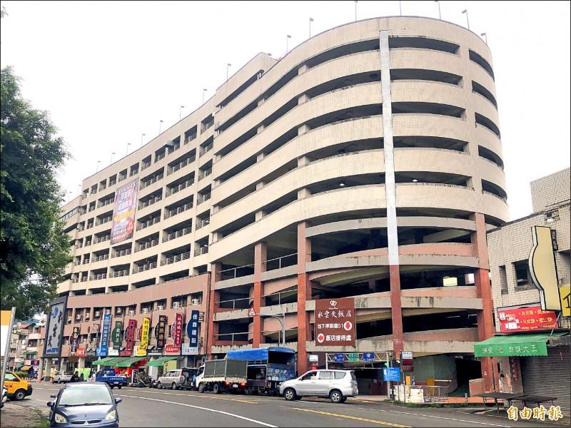 埔里鎮立體停車場一至三樓變更為商場,不符停車目的,也被交通部追討八千二百萬補助款。(記者佟振國攝)