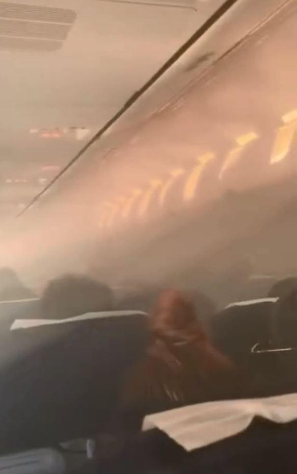泰國新時代航空19日從曼谷飛往中國無錫的班機,起飛後沒過多久機艙就充滿煙霧。(圖擷自微博)