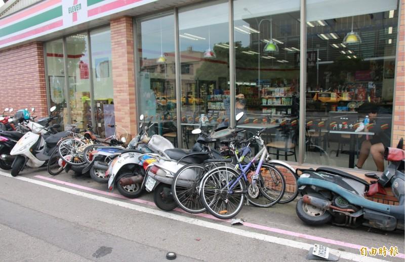 停放路邊的10輛機車、自行車都受波及。(記者鄭名翔攝)