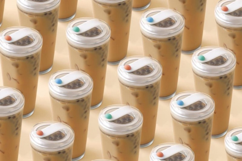 實踐大學學生設計師團隊推出環保杯,讓民眾在喝珍珠奶茶時不用擔心珍珠沉在杯底的問題。(圖擷取自W春池計畫臉書)