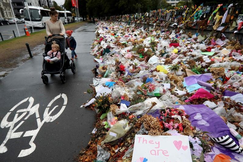 民眾為悼念在恐攻中喪生的人們,擺放了許多鮮花與卡片。(法新社)