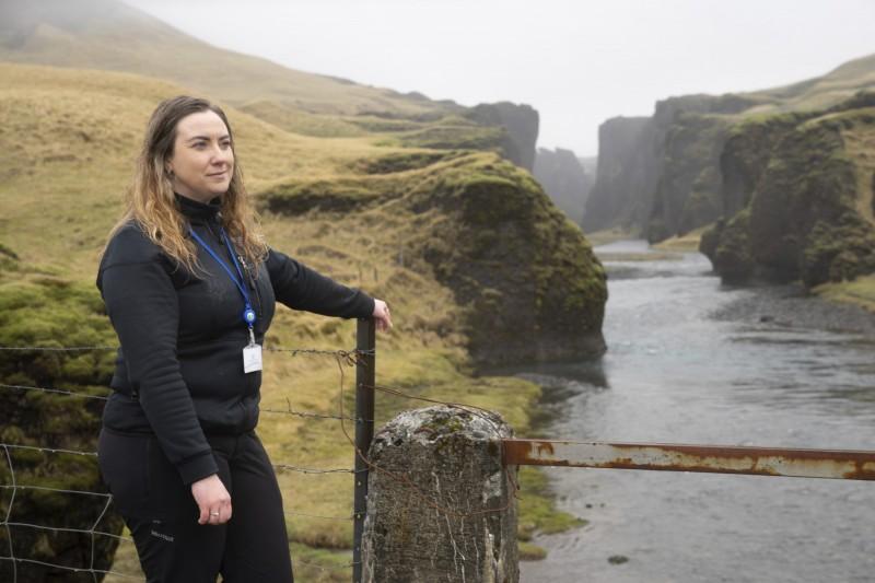 羽毛峽谷管理員喬安多特近日在當地拍攝紀念照。她表示,遊客為了進入峽谷,還會帶著家鄉特產來賄賂她。(美聯社)
