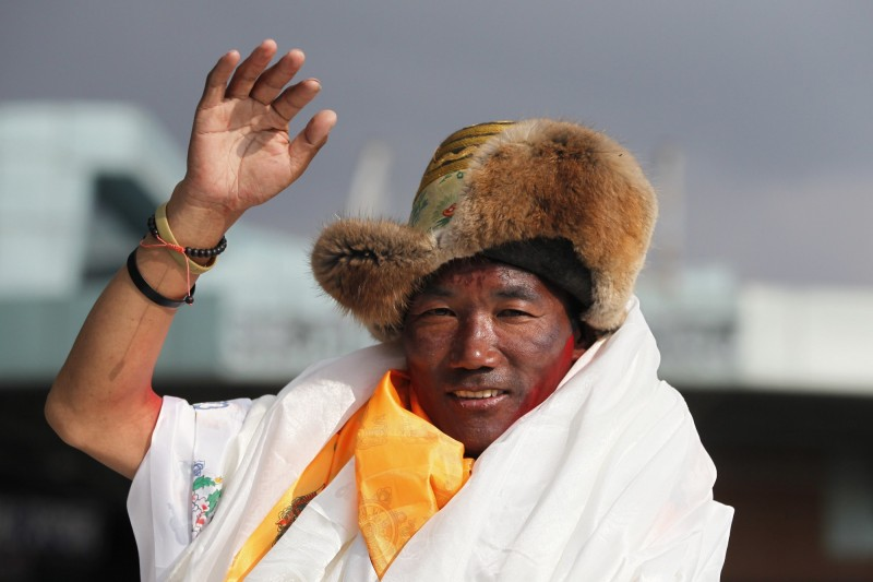 尼泊爾49歲雪巴人瑞塔(Kami Rita Sherpa),15日才剛創下第23次登頂聖母峰的世界紀錄,結果一週之內他又達成第24次登頂,。(美聯社)