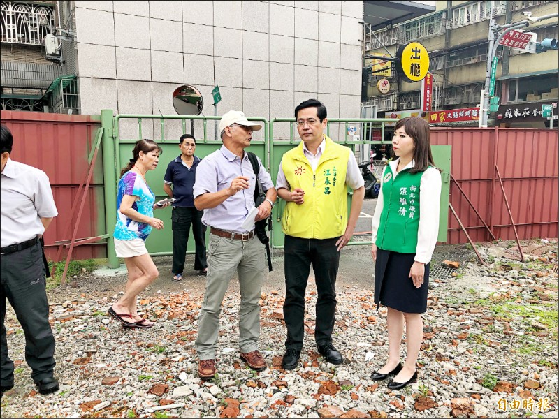 立委江永昌(中)與議員張維倩(右)爭取到金門縣政府土地開闢停車場。 (記者翁聿煌攝)