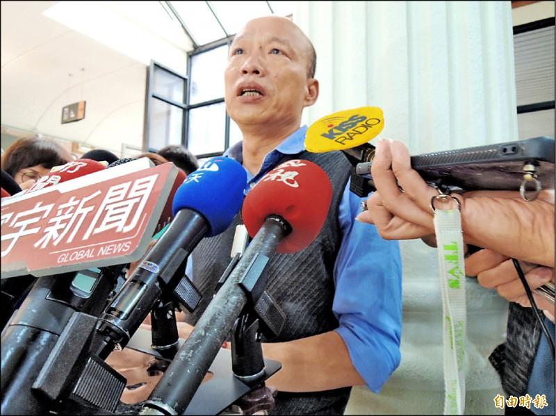 高雄市長韓國瑜昨接受網路媒體專訪時指出,2020總統大選像「賭場抽頭」,台北市長柯文哲抽藍抽綠,是藍綠內鬥最大贏家、也是最強對手。(記者王榮祥攝)
