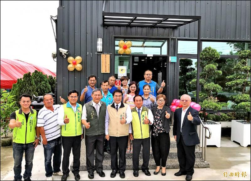 大內日照中心昨由市長黃偉哲(前右四)等人共同揭牌啟用。(記者萬于甄攝)