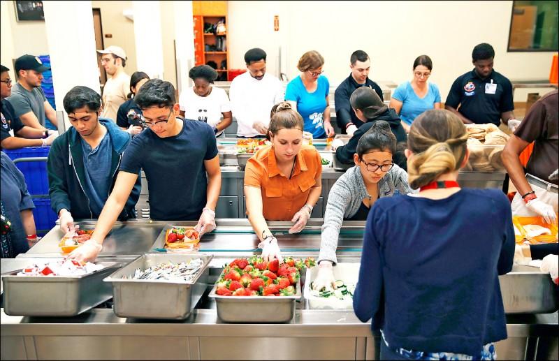 拉斯維加斯一家食物銀行的義工整理賭場送來的捐贈食物。(美聯社檔案照)