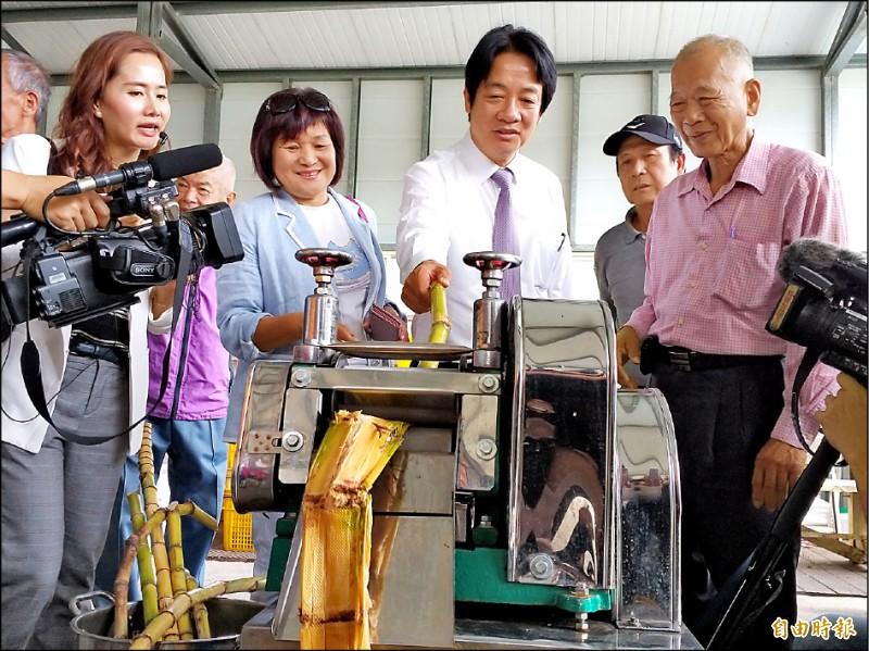 前行政院長賴清德昨參訪新竹縣寶山鄉的新城風糖公司時,現場體驗榨甘蔗、揹蔗架,與當地農民互動熱烈。(記者廖雪茹攝)