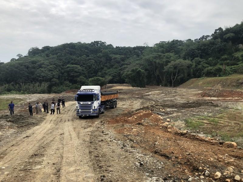 警取締超載砂石車 意外破獲寶山鄉非法棄土場
