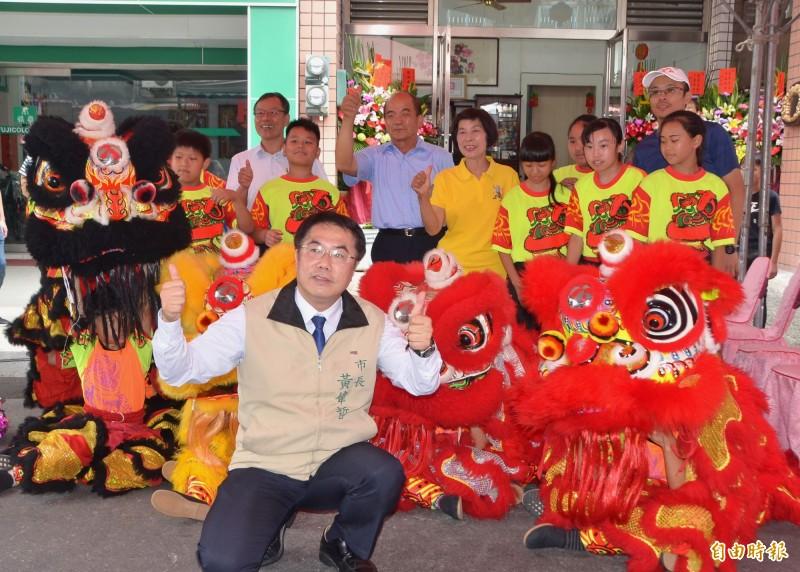 台南市長黃偉哲參加「愛文芒果之父」鄭罕池名人故居揭牌,與大小朋友一起合影。(記者吳俊鋒攝)