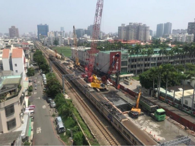 台南鐵路地下化工程尚有50餘戶未點交,鐵道局表示將持續拜訪溝通,暫不強制拆遷。(圖:鐵道局提供)