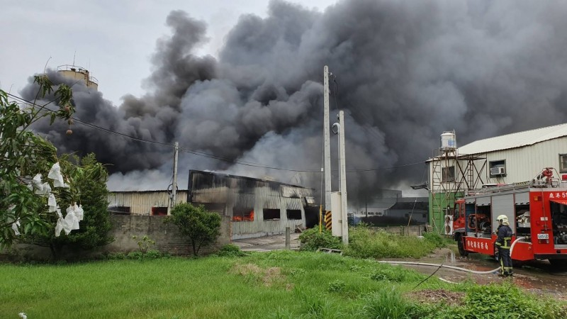 鹿港獎盃工廠火災冒濃煙 消防搶救中