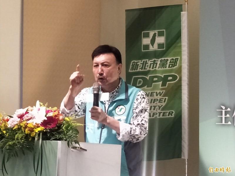 民進黨新北市黨部主委余天說,連署挺現任優先,沒有被迫問題。(記者何玉華攝)