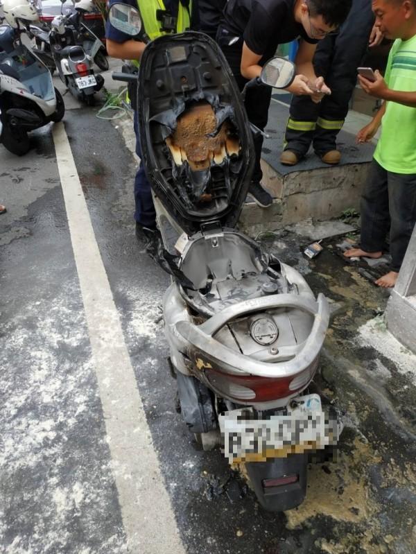 鹿港今天下午傳出鬧區機車火燒車,民眾自行撲滅。(記者劉曉欣翻攝)