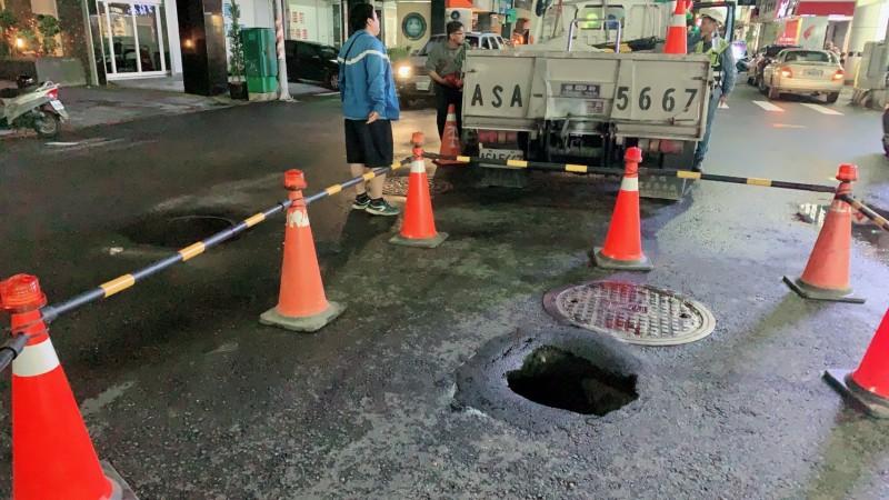 高雄市三民區莊敬、灣中路口今晚出現天坑,水利局到場搶修中。(記者陳文嬋翻攝)