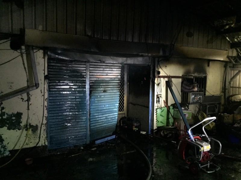 屏東縣高樹鄉三民路1棟民宅今晚8點傳出火警,2名小兄弟不幸送醫不治。(記者羅欣貞翻攝)