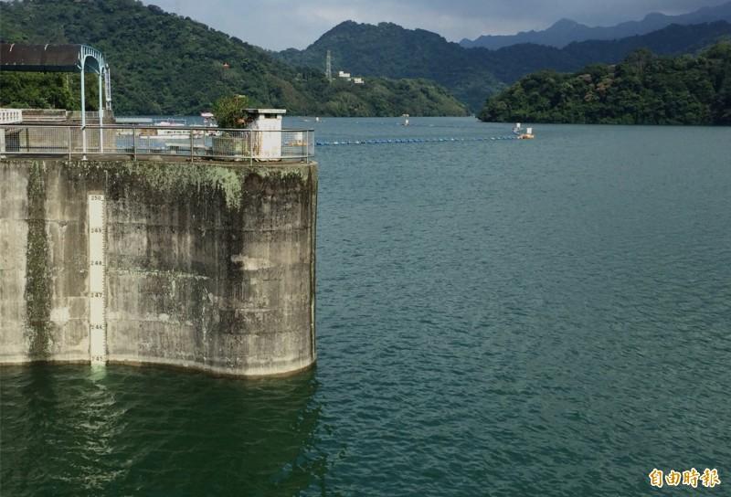 石門水庫大壩水位重返滿水位徘徊,北區水資源局暫不打算進行調節性放水,先以發電調節水位。(記者李容萍攝)