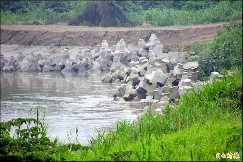 八掌溪大彎道沖刷河岸形成凹陷,目前採擺放消波塊保護河岸。(記者林宜樟攝)