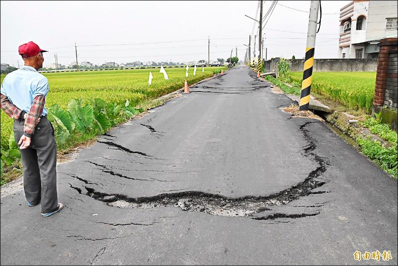 雲林斗南田南一路因不堪砂石車重壓,加上連日降雨因素,路面龜裂損壞嚴重。 (記者黃淑莉攝)