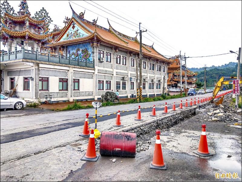 集集鎮公所正在景點武昌宮進行電桿地下化工程,未來遊客到此遊覽,將不再受雜亂的電線影響。(記者劉濱銓攝)