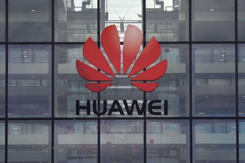 美中貿易戰如火如荼進行中,近日美、日、英都有更多企業表示暫停與華為合作,甚至有外媒報導指出,又有5家中國企業將列黑名單。(法新社)