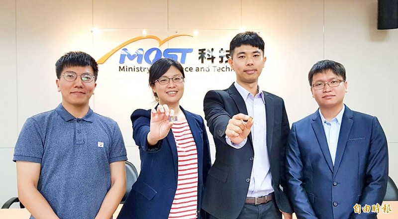 National Cheng Kung University Department of Physics professor Chen Yi-chun and assistant professor Yang Jan-chi, second and third left, hold samples of their optically controlled bismuth ferrite memory material at the Ministry of Science and Technology in Taipei yesterday. Photo: Chien Hui-ju, Taipei Times