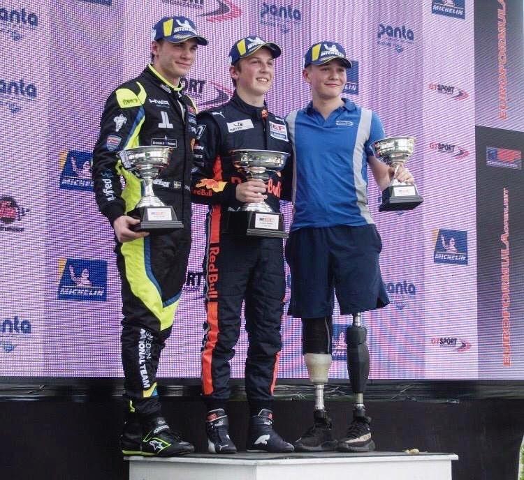 英國賽車手比利.摩格雖然雙腿截肢,但在歷經2年的奮鬥後,近日在歐洲方程式公開錦標賽中奪得截肢後的首座冠軍。(圖擷自推特)