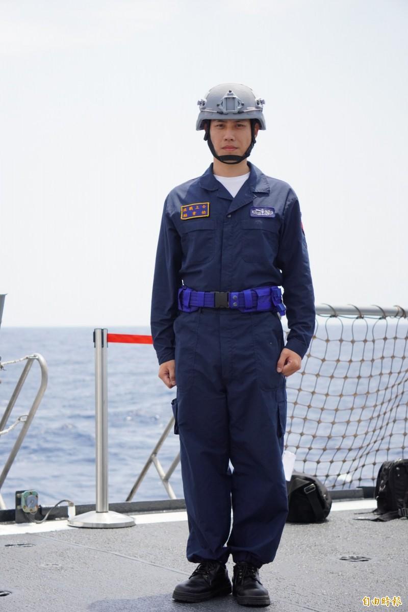 海軍艦艇官兵今年陸續換發新式連身操作服與高筒皮鞋。(記者涂鉅旻攝)