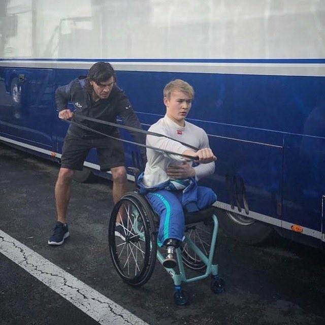 摩格在2017年英國四級方程式錦標賽中遭遇嚴重意外,他當時以時速200公里的車速撞上前方車輛,事後被迫切除雙腳才得以保命。(圖擷自推特)