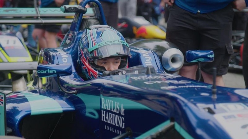 英國一名20歲的賽車手比利.摩格,於2017年因重大意外被迫雙腿截肢保命,不過他近日在歐洲方程式公開錦標賽中奪得截肢後的首座冠軍。(圖擷自推特)