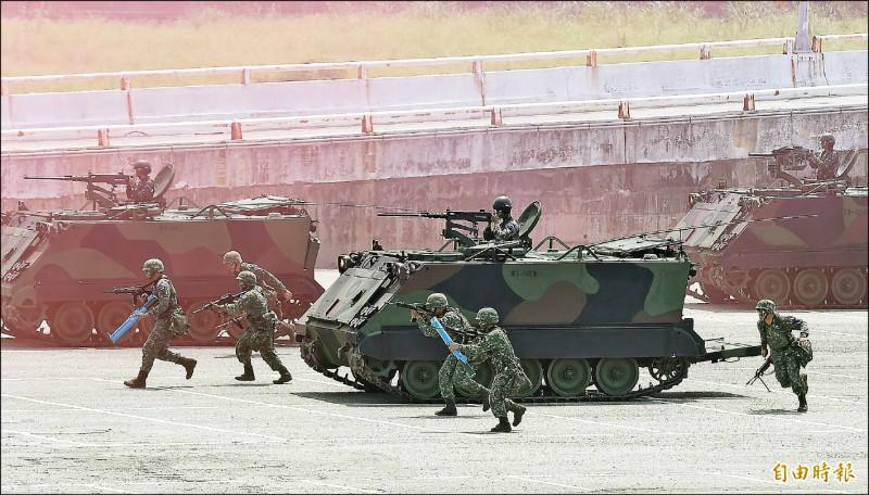 海軍一連兩天在花蓮外海進行戰備任務訓練,22日進行海空聯合反潛、反水面作戰、制空作戰等操演,陸軍花指部步也在花蓮港區實施港口防衛作戰。(記者廖振輝攝)