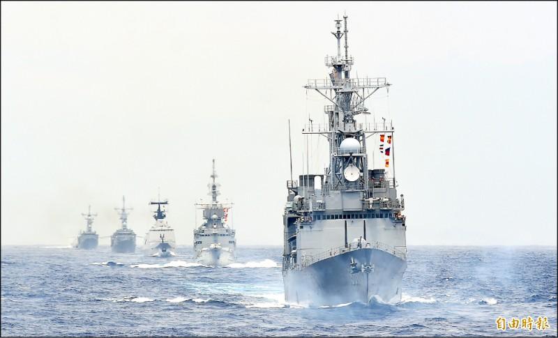 國軍一連兩天在花蓮外海進行戰備任務訓練,昨進行海空聯合反潛、反水面作戰、制空作戰等操演,各式艦艇編隊航行,展現壯盛軍容。(記者廖振輝攝)