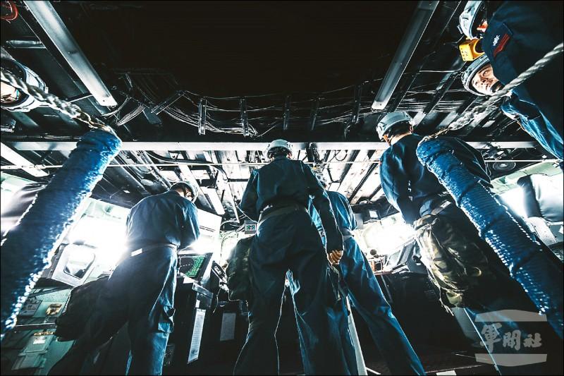 參與操演的銘傳艦官兵全神貫注,發揮平時勤訓精練成果。圖為駕駛台作業情形。(軍聞社)