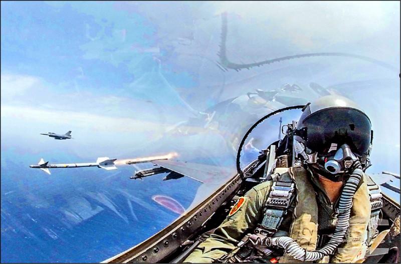 空軍F-16戰機昨實施響尾蛇飛彈射擊,命中預定靶區,展現防空能量。(軍聞社)