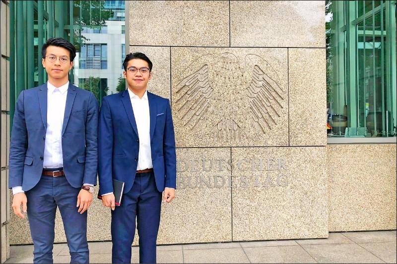 香港社會運動者黃台仰(左)、李東昇(右)22日公布兩人在柏林的合照,證實他們已在去年成為德國難民。(法新社)