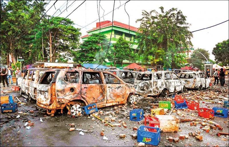 抗議民眾燒毀車輛。(法新社)