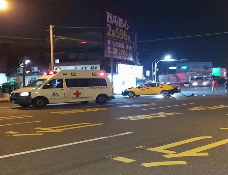 雪上加霜!救護車載傷患急診  途中撞上計程車