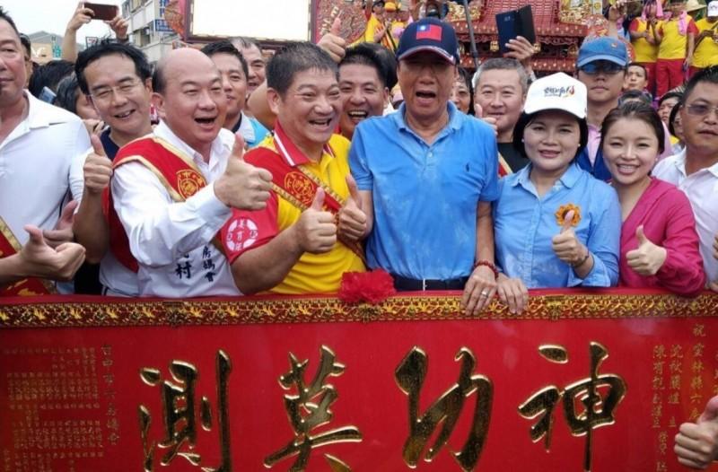鴻海總裁郭台銘(右三)19日至雲林,除了為雲林六房媽扶轎,也向台中六房媽參香,並與眾信徒合照。(記者蘇金鳳翻攝)