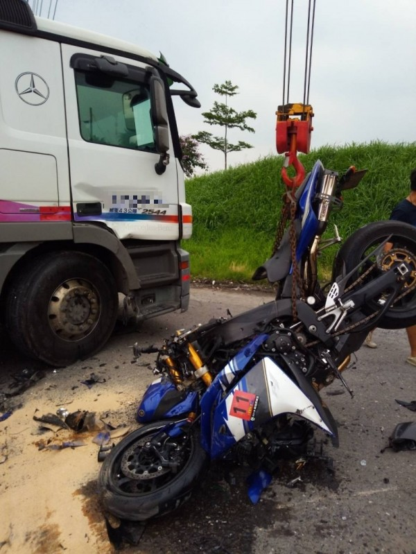 曳引車與機車擦撞,男騎士重傷送醫。(記者洪臣宏翻攝)