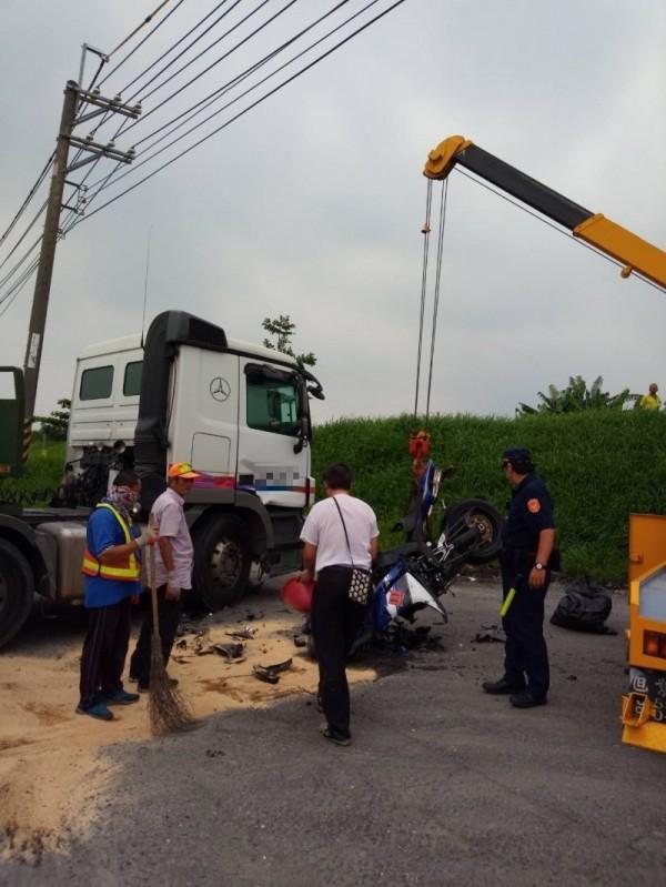 曳引車與機車擦撞,釀成騎士重傷,警方到場處理。(記者洪臣宏翻攝)