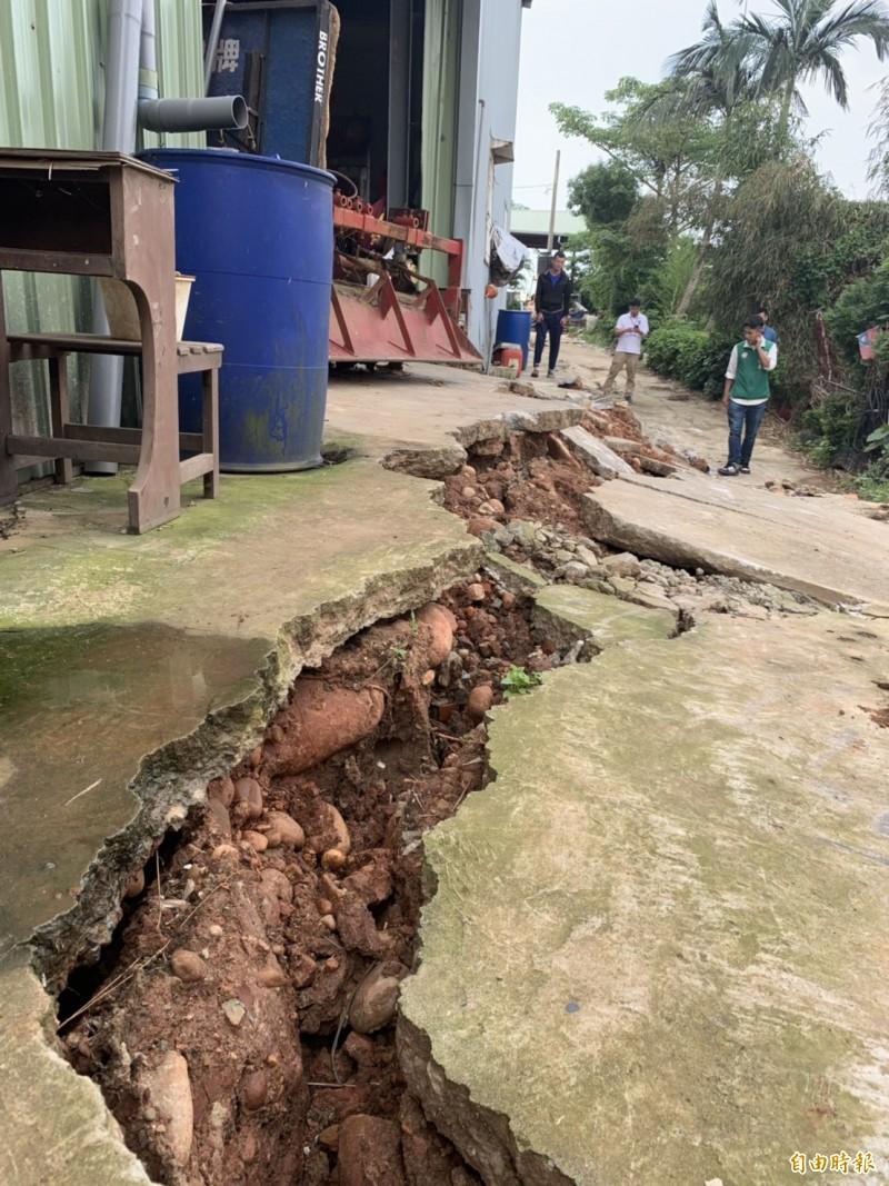 上週五強降雨,洽溪旁護岸出現一道40公尺長裂痕,怵目驚心。(記者許倬勛攝)