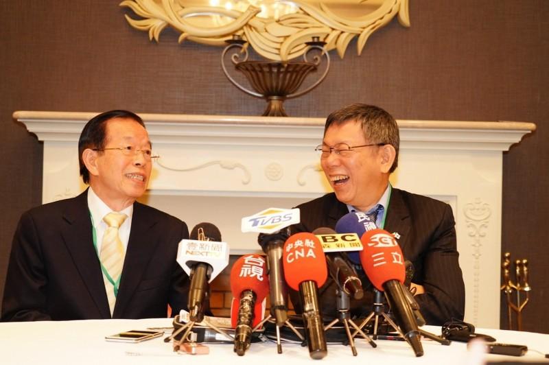 駐日代表謝長廷(左)陪同台北市長柯文哲參加台日觀光論壇,並一起接受媒體訪問。(台北市政府提供)