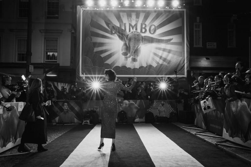 「Dumbo」的原型「Jumbo」被人類灌成了「酒鬼」,最後悽慘的死在火車輪下。圖為電影宣傳現場。(圖擷取自臉書_Dumbo)