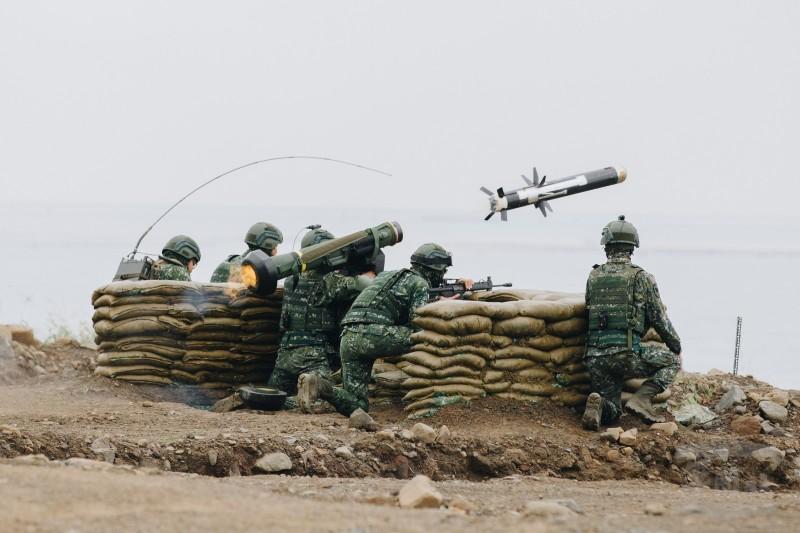 單兵反坦克飛彈「標槍飛彈」射擊瞬間,其後焰極小,可於陣地內或掩蔽物後方發射,而不會傷到操作人員。(圖擷自《軍聞社》)