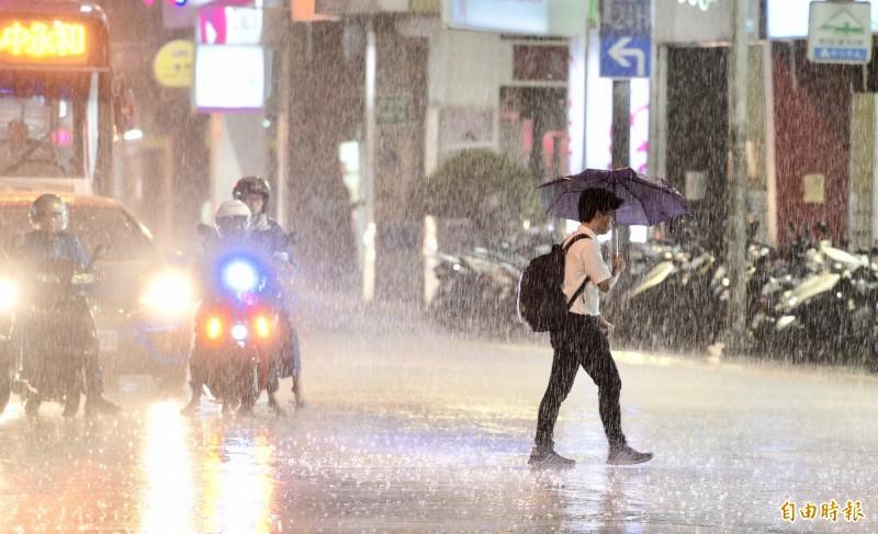 由於午後對流雲系發展旺盛,易有短時強降雨,天日屏東縣山區有局部大雨或豪雨,高雄山區有局部大雨發生的機率,請注意雷擊、強陣風及溪水暴漲。示意圖。(資料照)